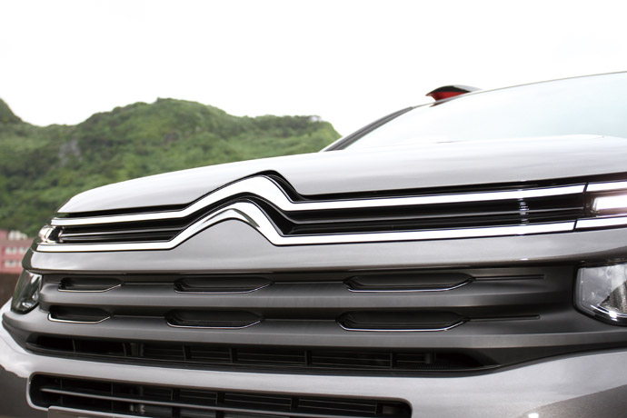水箱護罩與品牌徽章的結合,將車頭切分上下部份。 版權所有/汽車視界