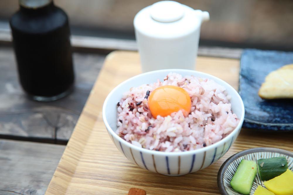 烤魚朝食一定要配著生蛋黃一起吃。