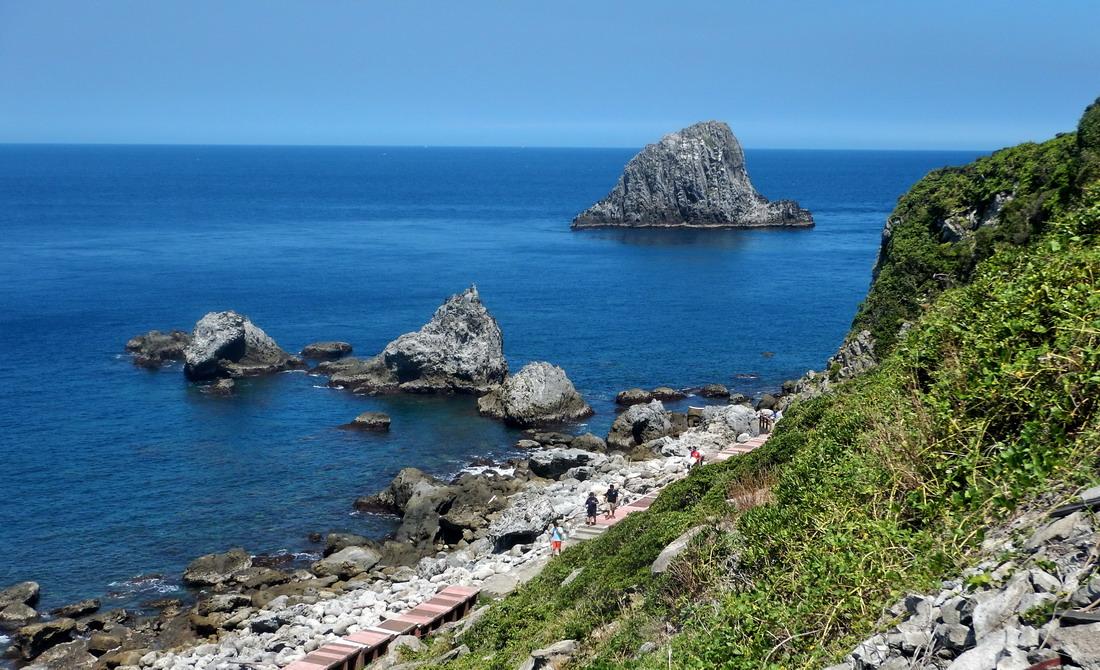 島上有海濱步道,沿線風景無限。