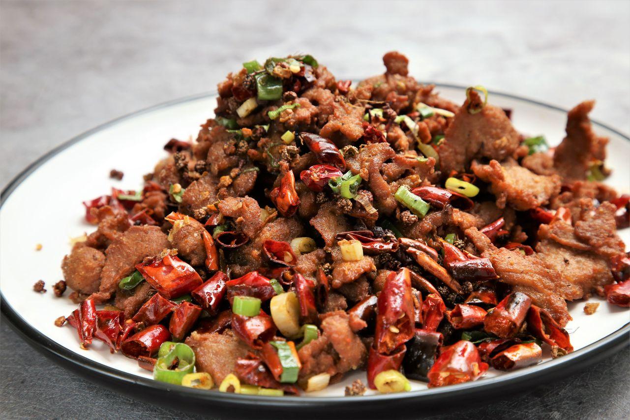 ▲重慶特色菜「歌樂山辣子雞」。「歌樂山」是重慶西部的地名,大約12年前,重慶歌樂山三百梯一家路邊小店,推出了以麻辣為主的辣子雞,自此「歌樂山辣子雞」成了火紅的川菜之一。「福宴館」推出兩款,有雞肉,也有豬肉。「歌樂山香酥肉」選用口感嫩的小里肌醃花椒粉、五香粉、蛋入味後,炸酥。先將朝天乾椒、大紅袍、青花椒、蔥等爆香後,擺入肉片炒入味,吃起來入口香酥辛辣,後韻麻香,即使冷了也爽口。(260元)