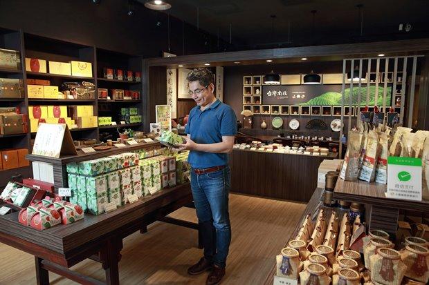 南投縣農會合作社推出南投各區特色茶產品。(王建棟攝)