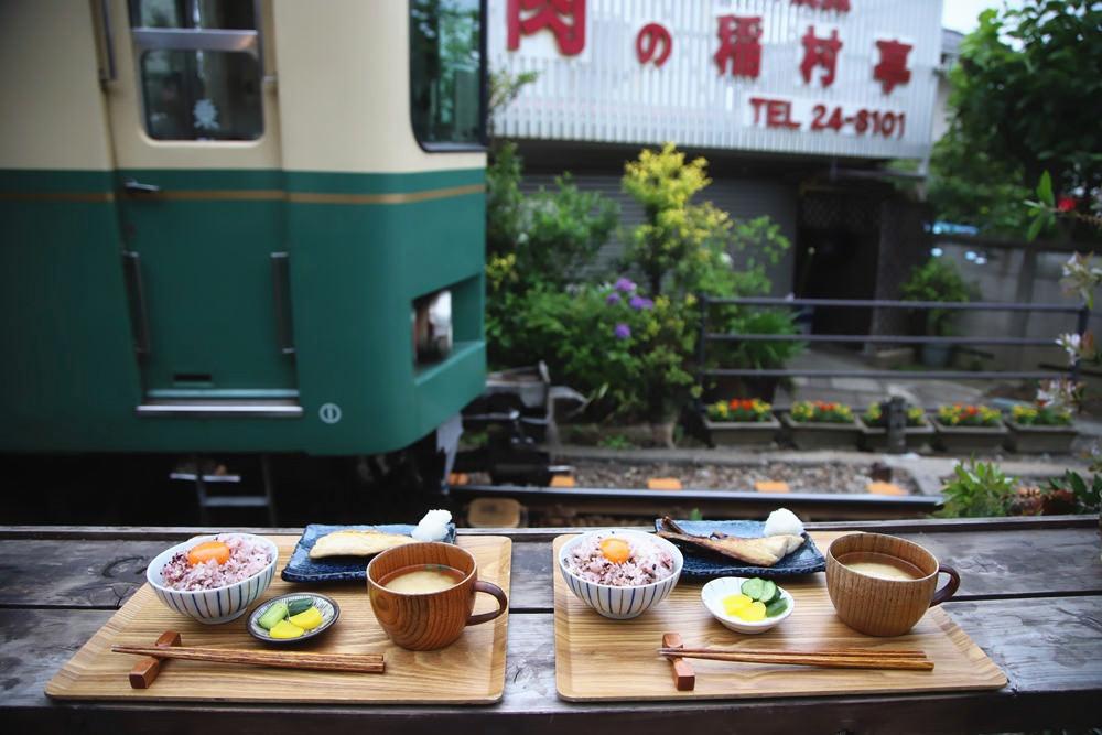 近拍江之島電車呼嘯而過,早餐變成前景。