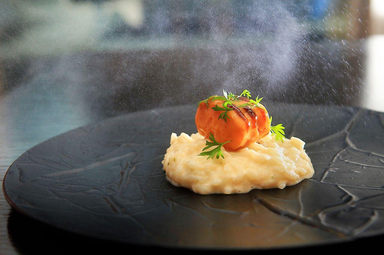 ▲帕瑪森起司加入各式香料後,混合製作成香嫩燉飯,外表滑順內部仍保有帶米心的嚼勁口感,搭配上來自北歐格陵蘭海域,肉質更加鮮美細嫩的深海扁鱈魚,,簡單香煎後,外層裹上海鮮黑胡椒醬,讓滋味再上層樓,最後上桌時,更以胡椒蒸餾出的純露香氛,畫龍點睛出胡椒的香氣,讓這道料理更加層次分明。(義大利燉飯佐黑龍圓鱈)