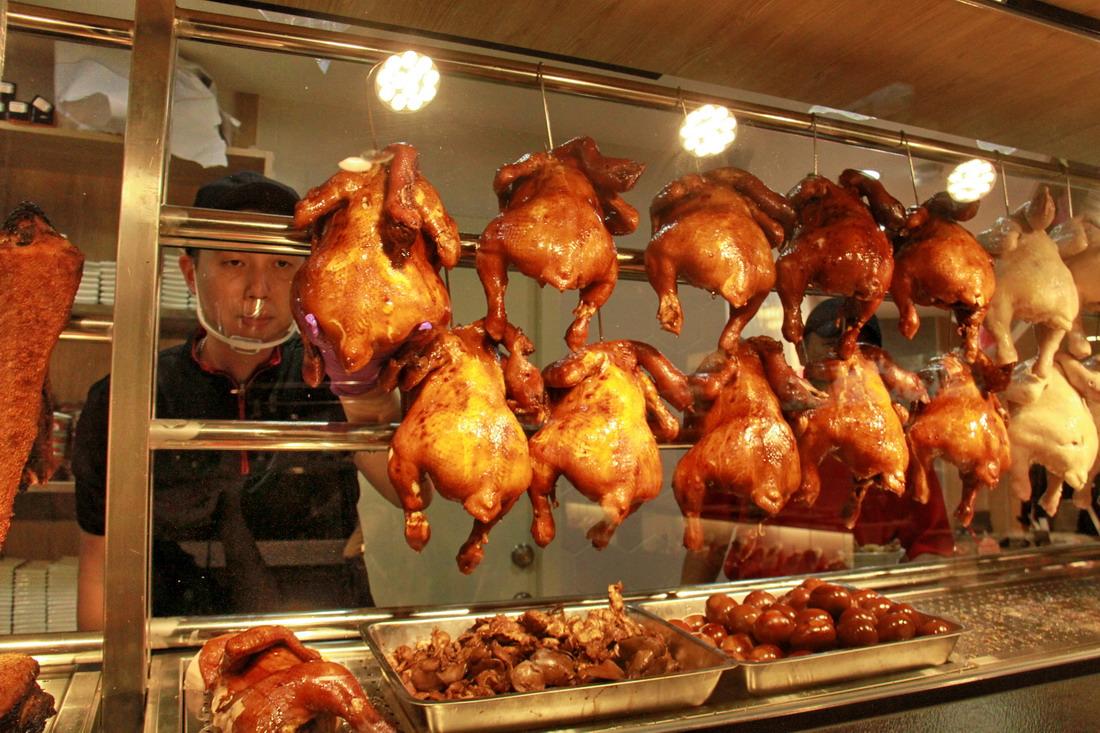 海記醬油雞台北店,一隻隻油亮亮的醬油雞,讓人看得食慾大增。