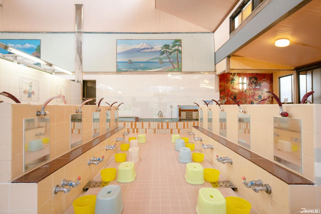 女湯的浴室空間,高懸的富士山圖樣是錢湯的定番吶。