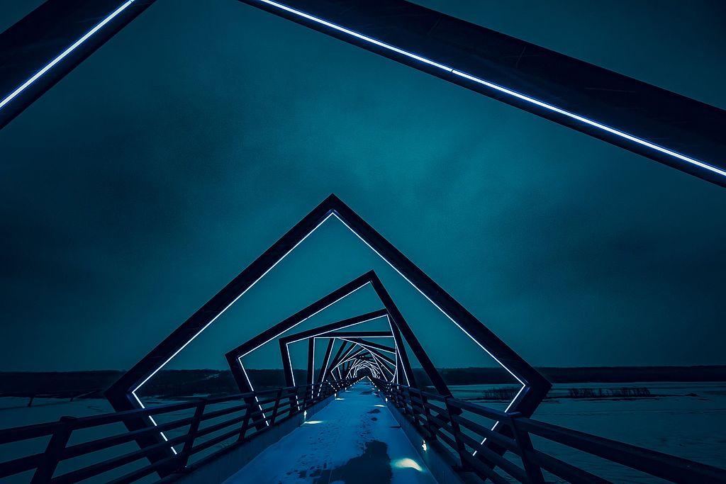 (Photo by Tony Webster, License: CC0, 圖片來源commons.wikimedia.org/wiki/File:High_Trestle_Trail_Bridge,_Madrid,_Iowa,_United_States_(Unsplash_F9o7u-CnDJk).jpg)