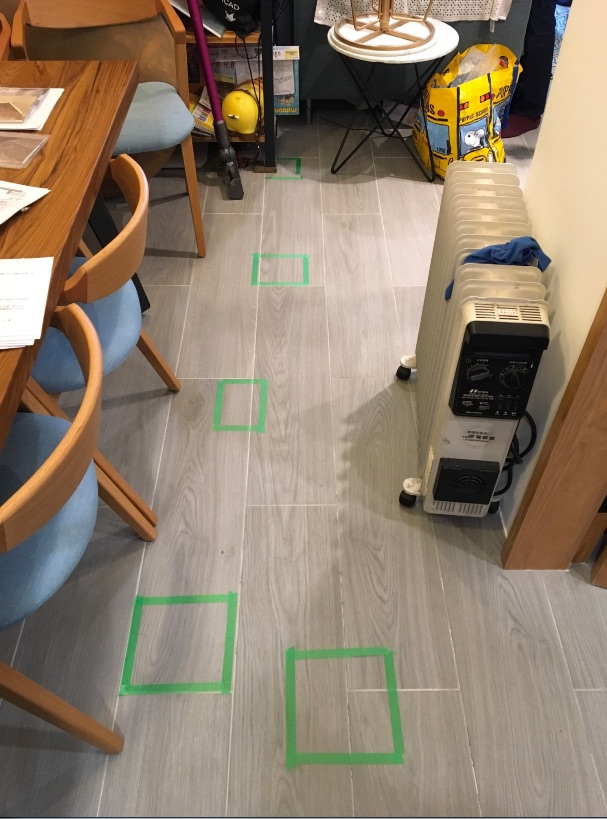 ▲看似沒有狀況的地板,踩的時候會發出聲音,為做工不良的狀況。