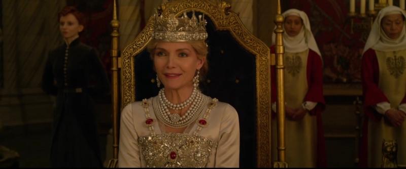 Michelle Pfeiffer蜜雪兒菲佛飾演的英格莉皇后是本集新增的角色。(截自youtube)