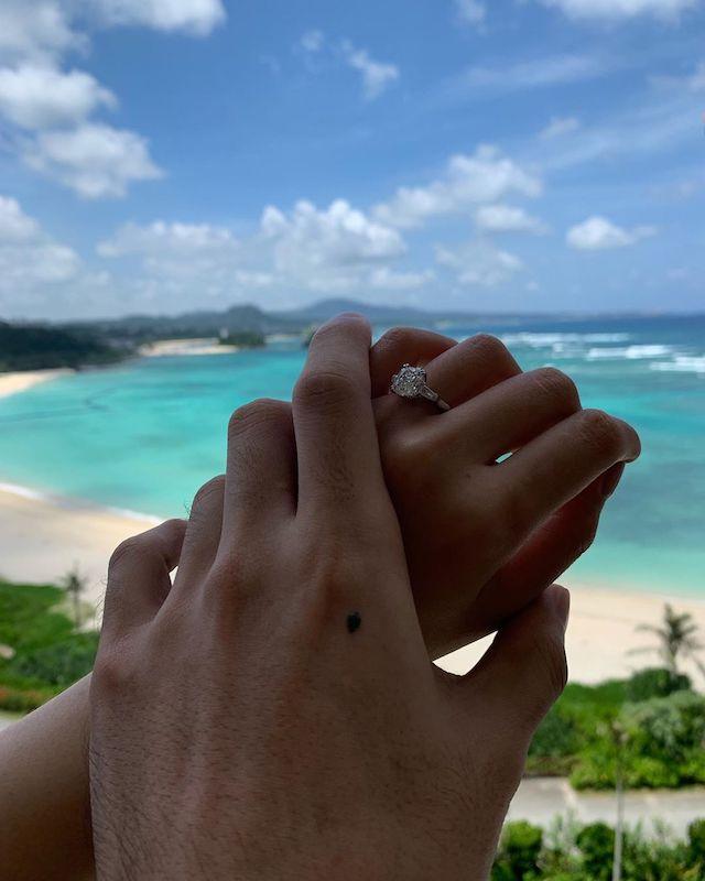 李榮浩回應女友慶生,直接求婚大放閃光,楊丞琳手上已經戴上鑽戒。(截自李榮浩微博)
