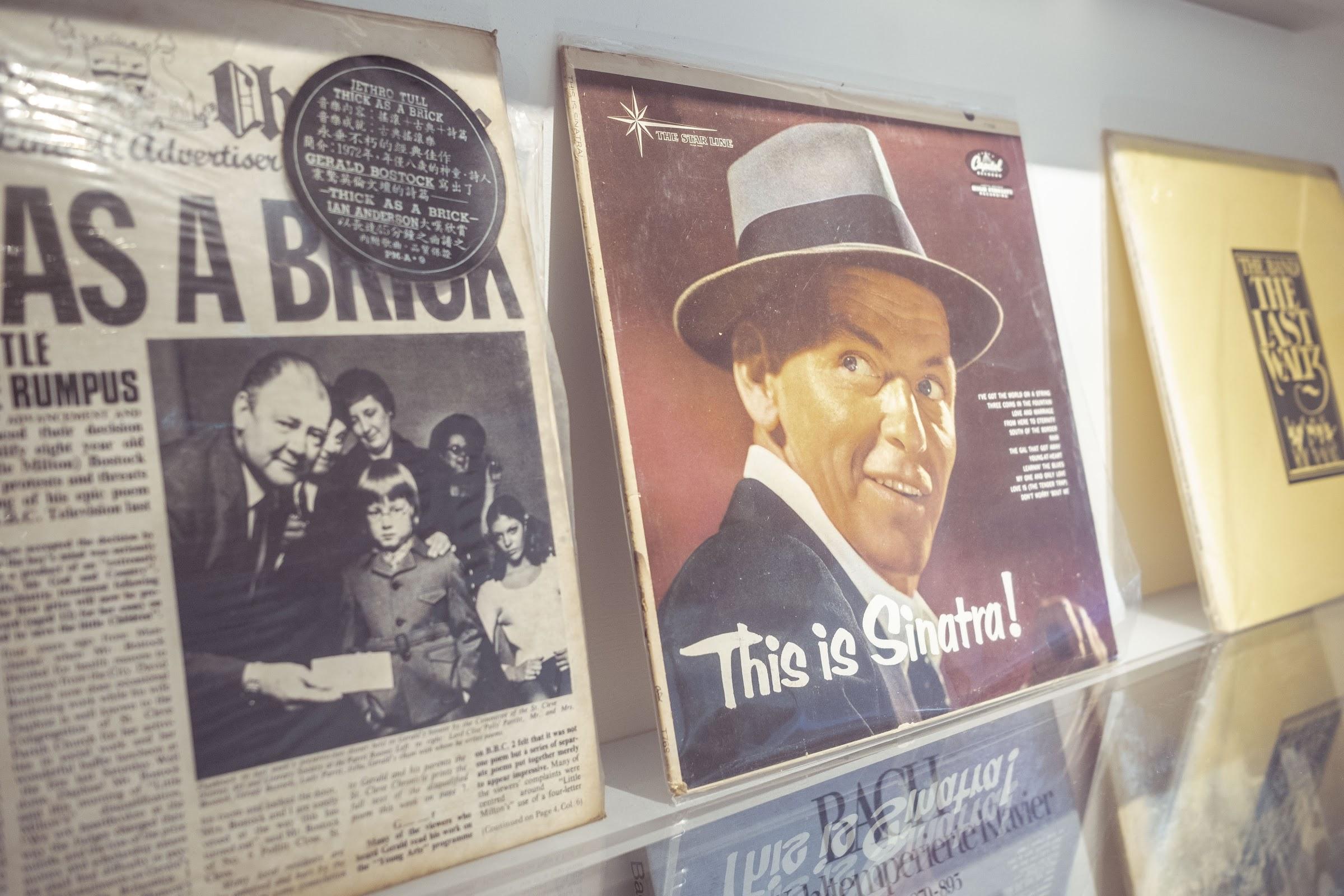 書架上也陳列不少經典唱片