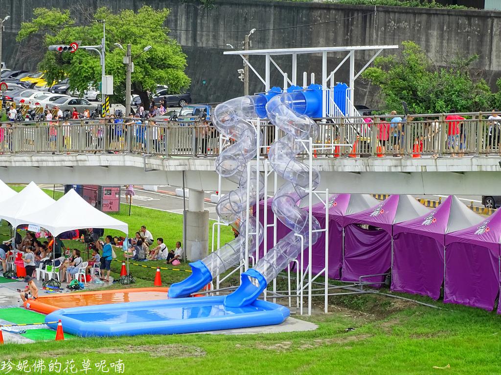 ▲這是今年最突破的設施,高6公尺、長17公尺全透明的極速水滑梯