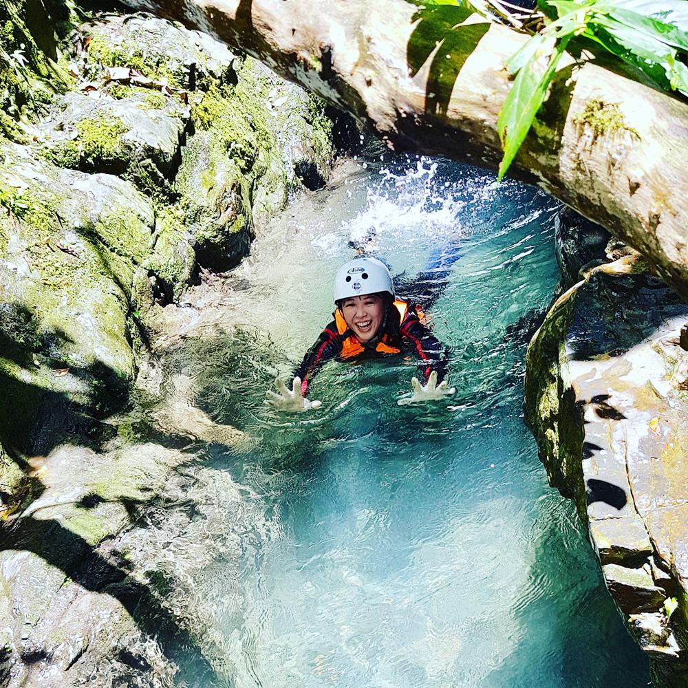 超隱藏版溯溪秘境小旅行 神秘藍湖、森林滑水道、藤蔓鞦韆、垂降15米攀登飛瀑