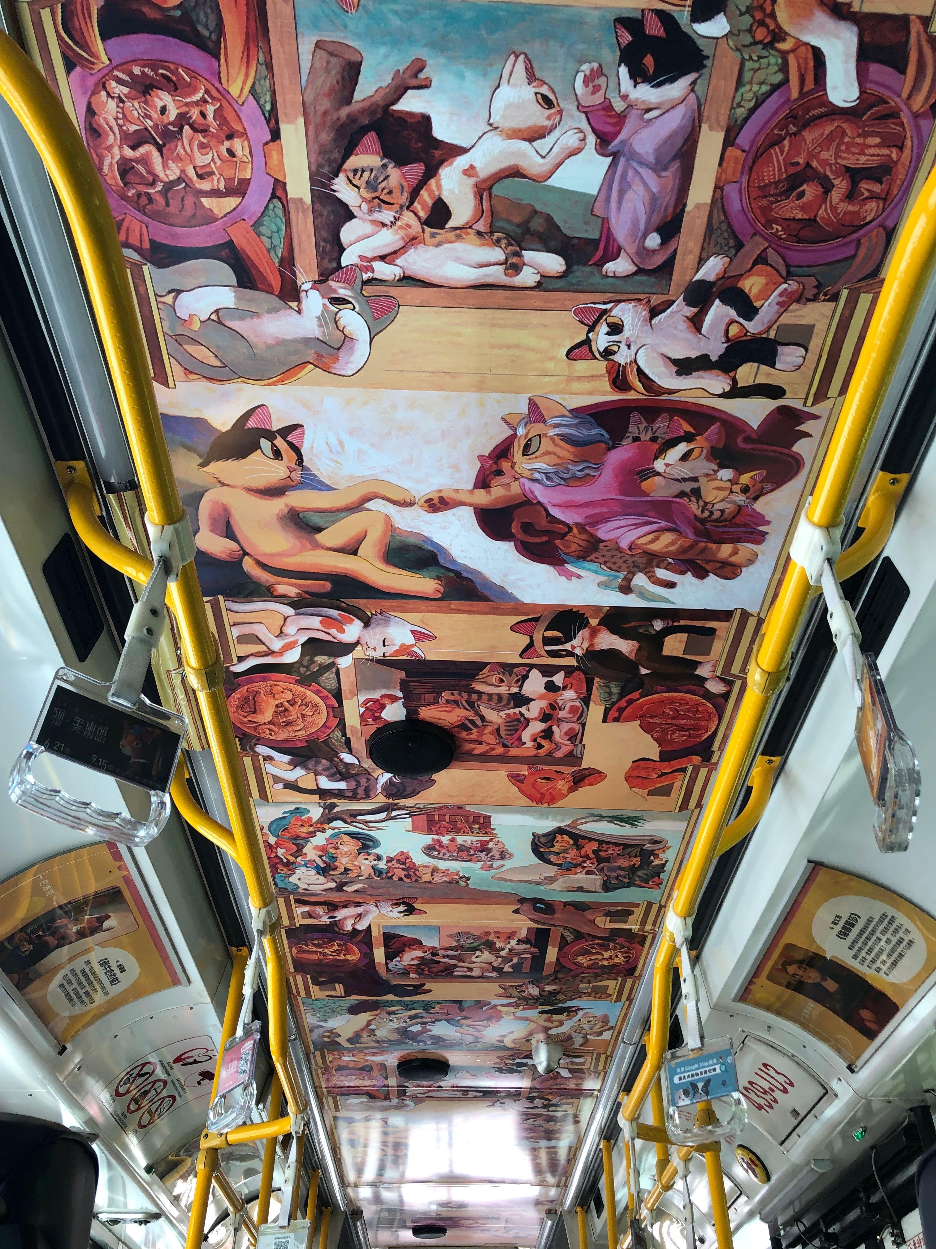 貓主題公車儼然成為行動美術館,仔細一瞧,世界名畫上的人物全面貓化。(圖/北市府)