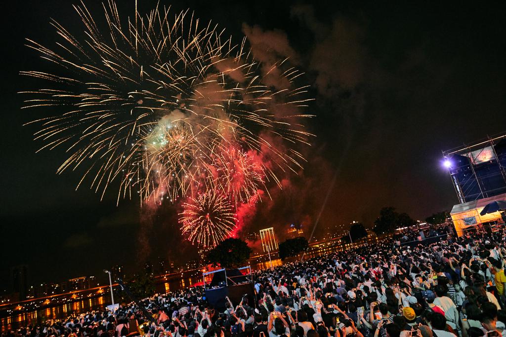 大稻埕情人節每年必看重頭戲就是璀璨煙火秀,今年施放時間長達8分鐘。圖/台北旅遊網