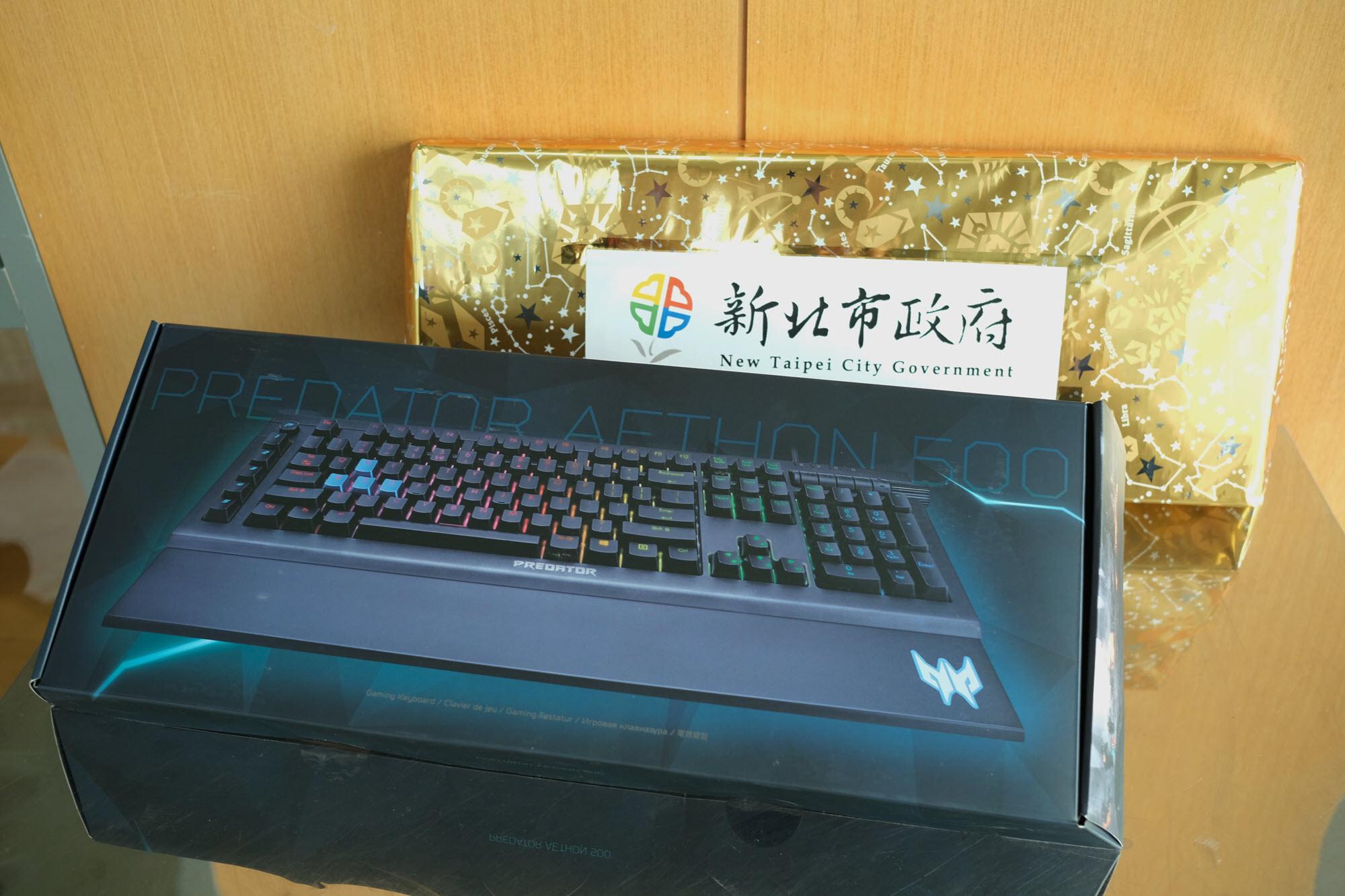 ▲由新北市政府所贊助的精美獎品「電競鍵盤」。(攝影:李昆翰)