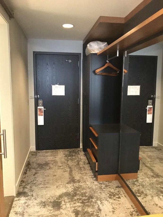 由於是機場酒店,所以整體房型的變化差異不大。入口處進來有個衣櫥,與開放式衣櫃空間