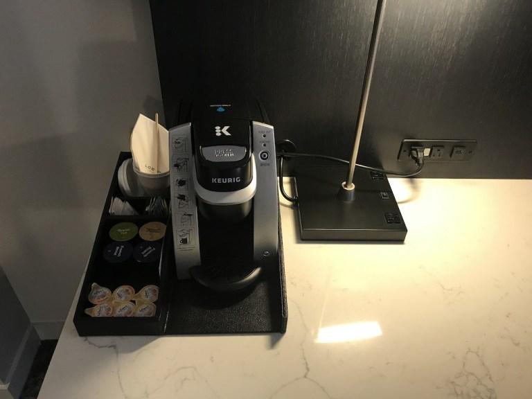 Keurig咖啡機就不吐槽了,重點是新裝修的酒店,在插座上的數量增加不少,連檯燈都有插座