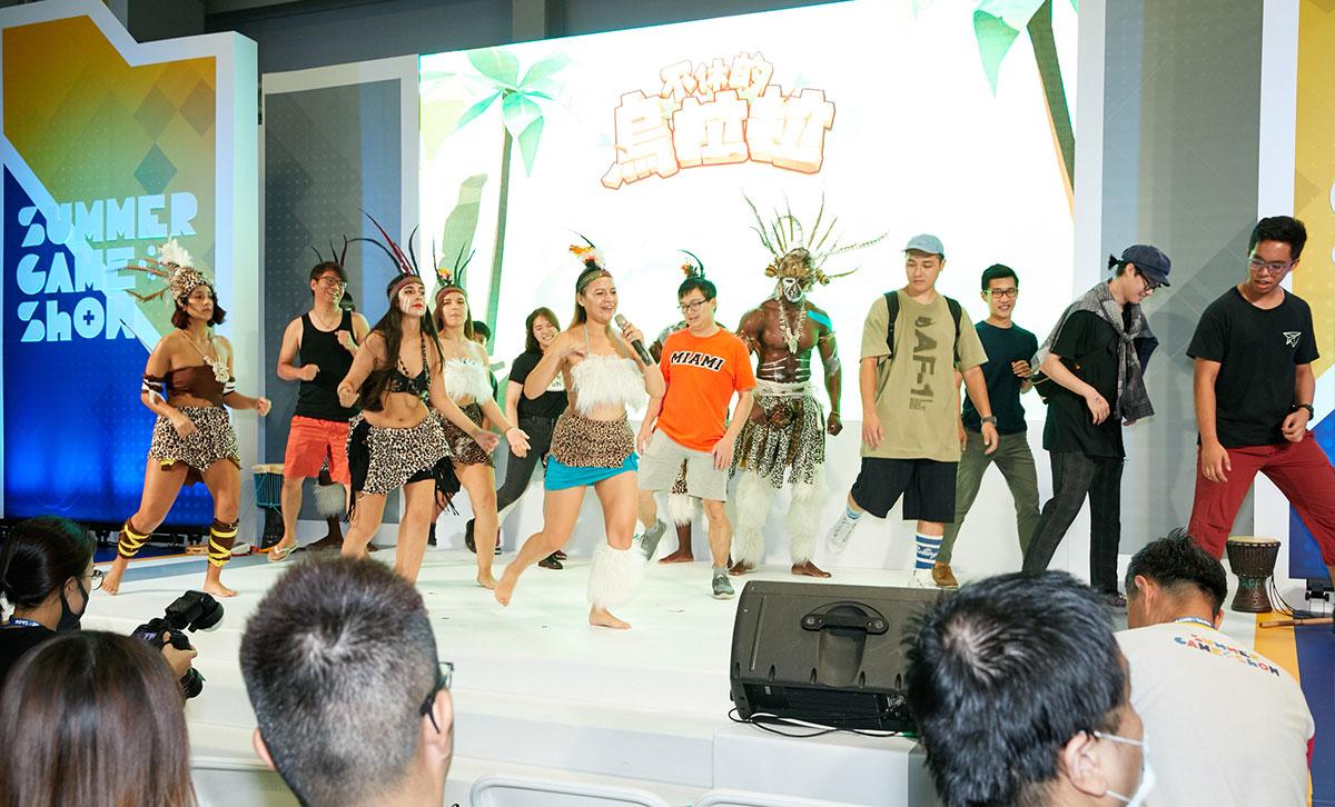 ▲不休的烏拉拉–舞團成員在表演過後特地到主題區與民眾紀念合影