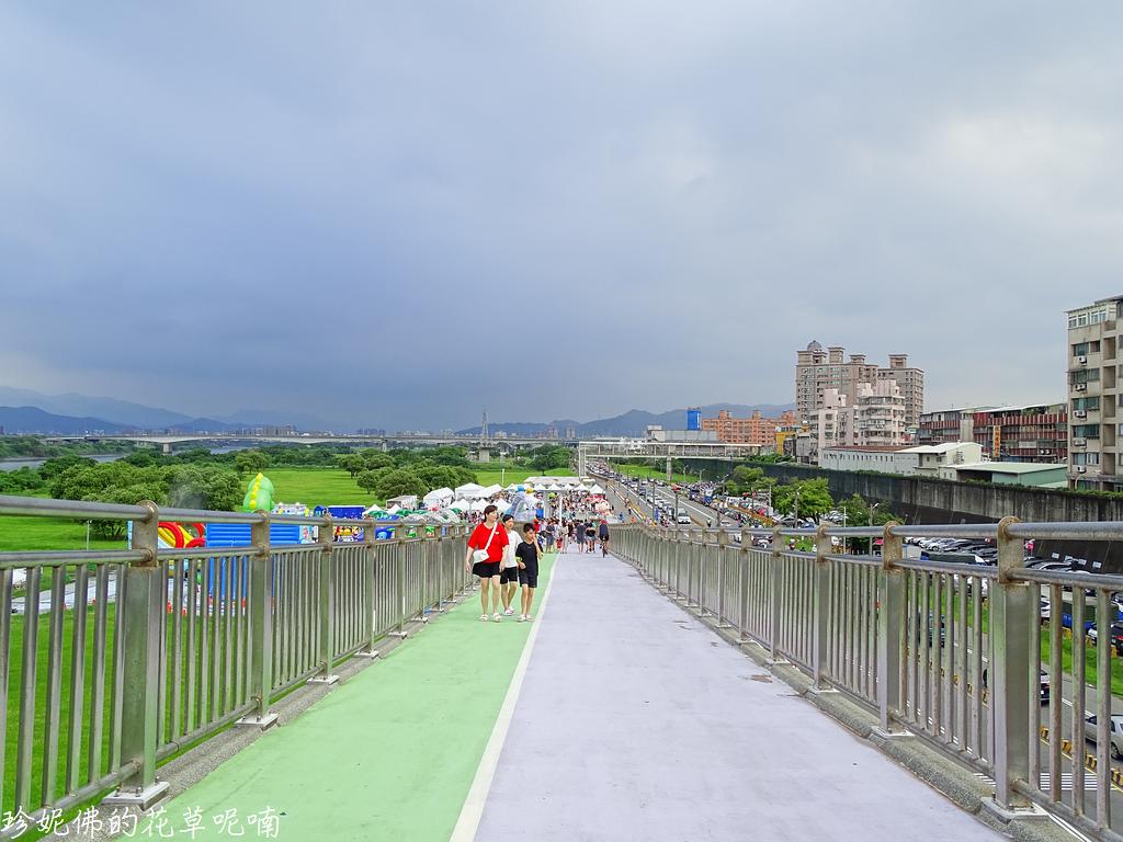▲剛剛是在橋上往下拍,接著走坡道下去看看白色帳篷區有什麼XD
