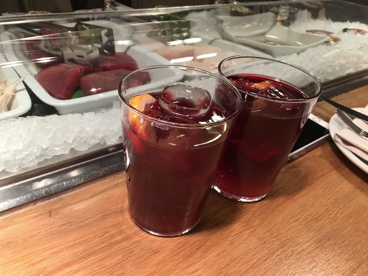 """不管如何,來到西班牙一定要來杯Sangria。不過其實在吃海鮮Tapas的時候,我覺得有""""窮人香檳""""之名的西班牙Cava氣泡酒,很多時候會更為合適"""