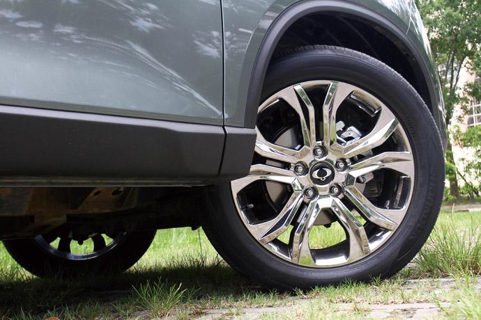 採五輻放射式鍍鋁合金輪圈,尺寸為255/50 R20。 版權所有/汽車視界