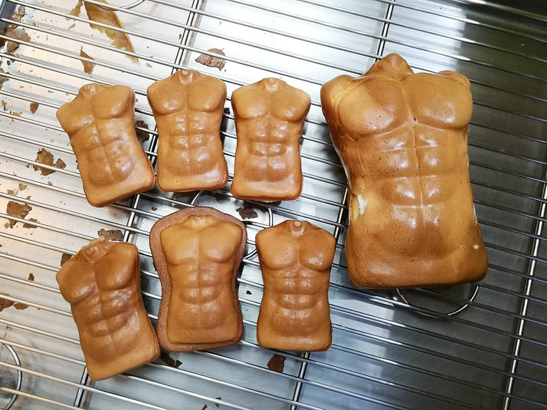 你沒看錯!雞蛋糕本體就是擁有八塊肌的大胸肌。
