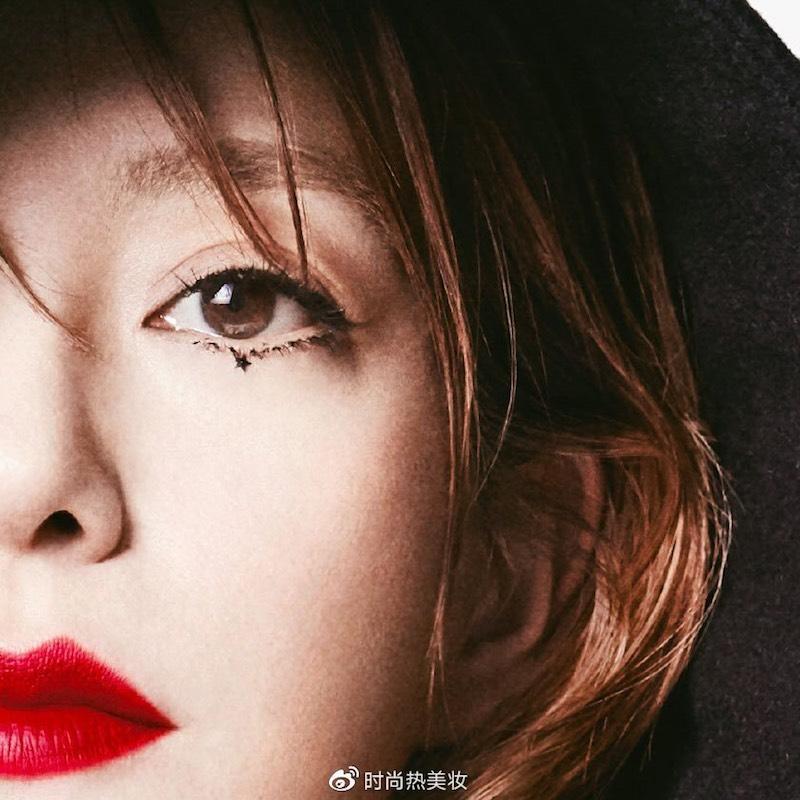 趙薇的「星星妝」在眼睛下方點上黑星星。