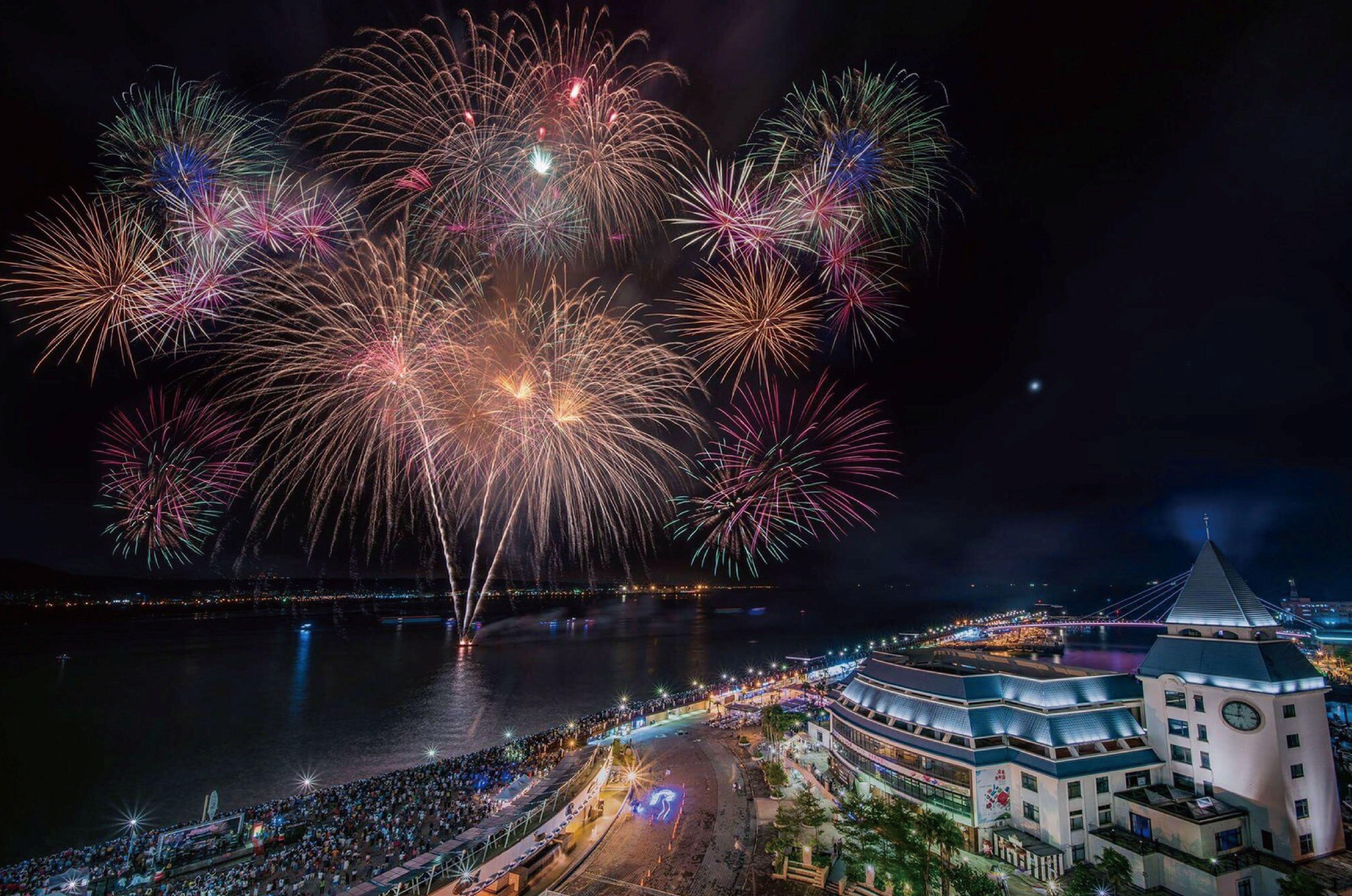 新北特產嘉年華最大亮點是第二日的七夕煙火秀,長約5分20秒,象徵「我愛你」。圖/新北市政府
