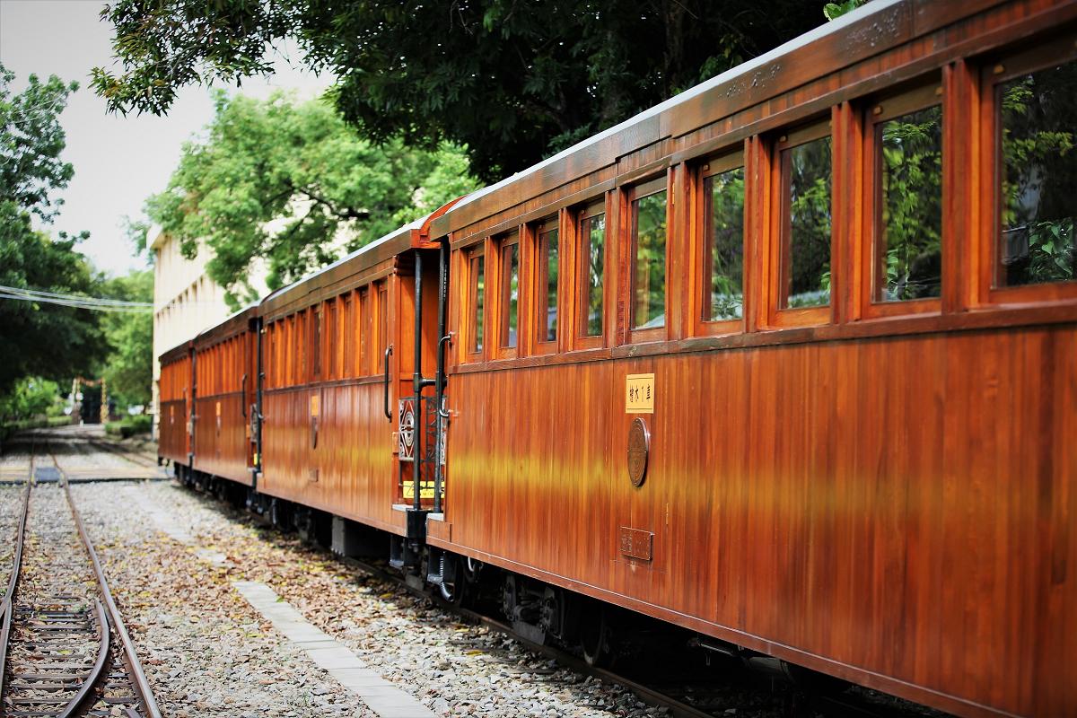 (全臺唯一檜木列車 圖片來源:阿里山林業鐵路及文化資產管理處)