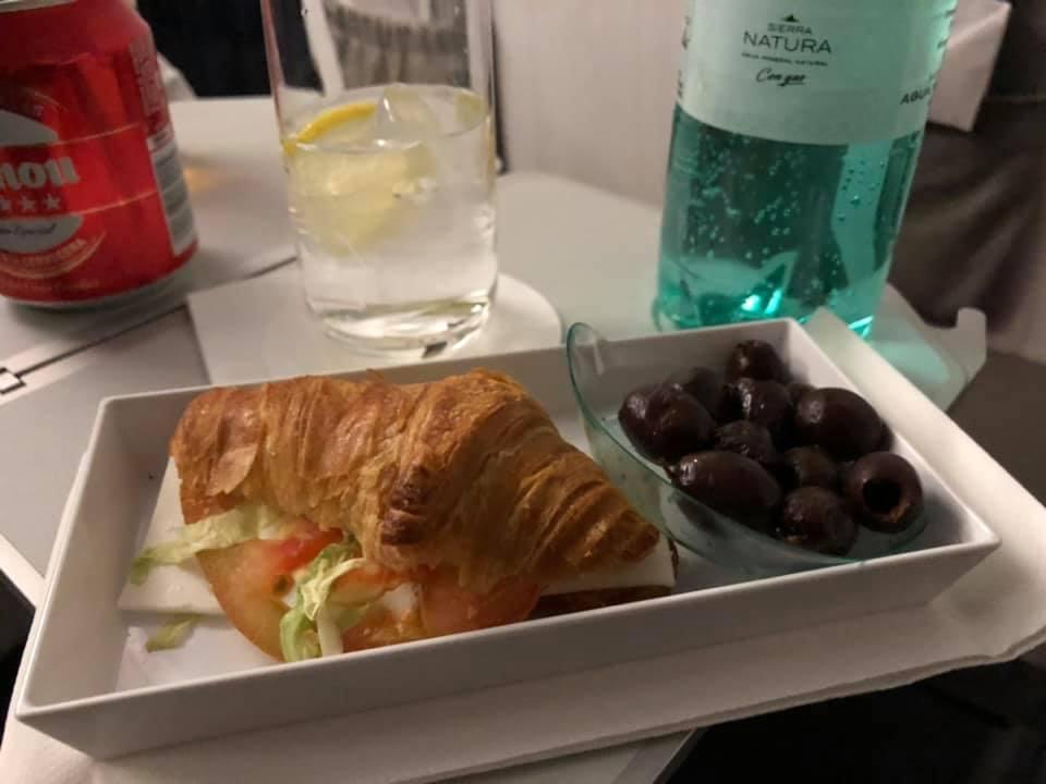 搭乘伊比利航空的短程頭等艙,從賽維亞到馬德里,飛行只要65分鐘。歐洲境內的短程商務艙,其實大部分都是和經濟艙一模一樣的座椅,但中間座位空出,讓乘客多些空間,也會提供簡單餐點,這次提供的是有加熱的可頌三明治,肚子餓的時候,吃起來特別美味