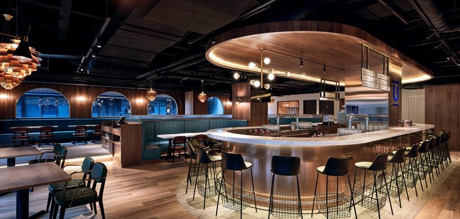南京店以雙U型吧檯為核心,延伸寬敞空間。圖片提供/Buckskin柏克金餐酒集團