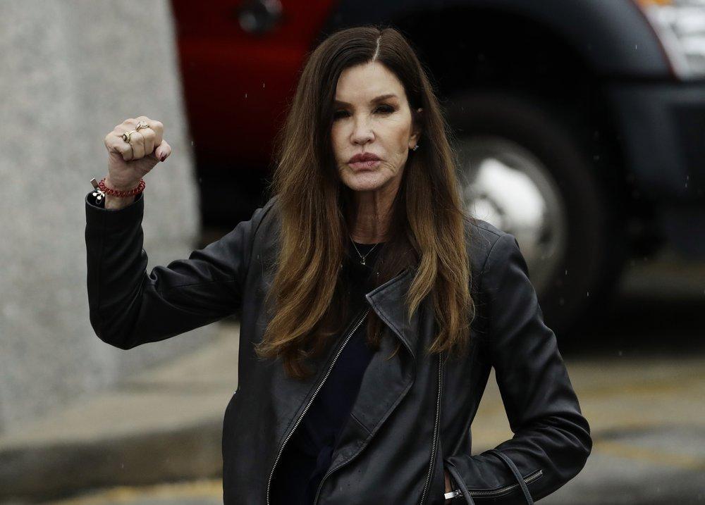 Spokesman: Cosbys insurer settles Janice Dickinson lawsuit