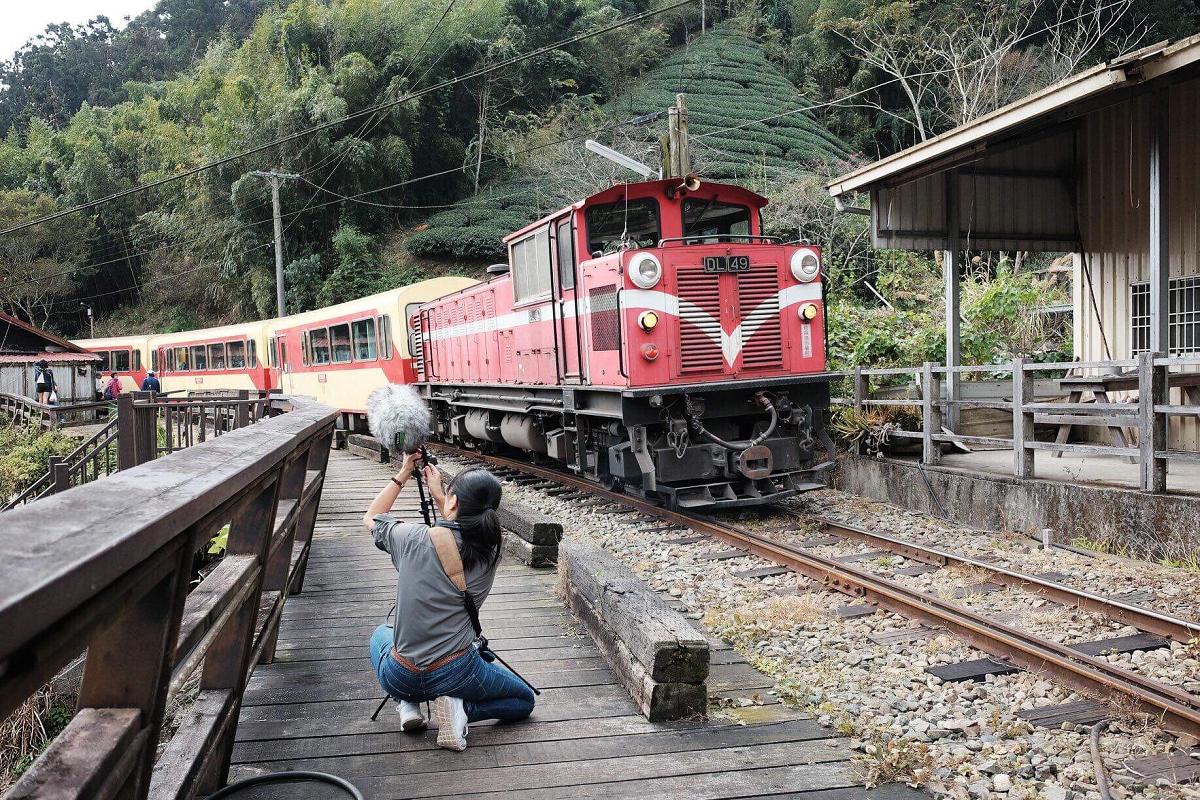 (野地錄音師范欽慧 圖片來源:阿里山林業鐵路及文化資產管理處)