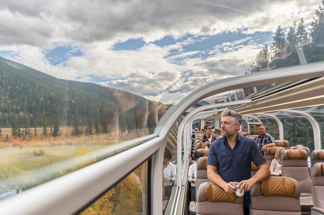 ▲金楓車廂的玻璃天幕全景座位。洛磯山之光提供