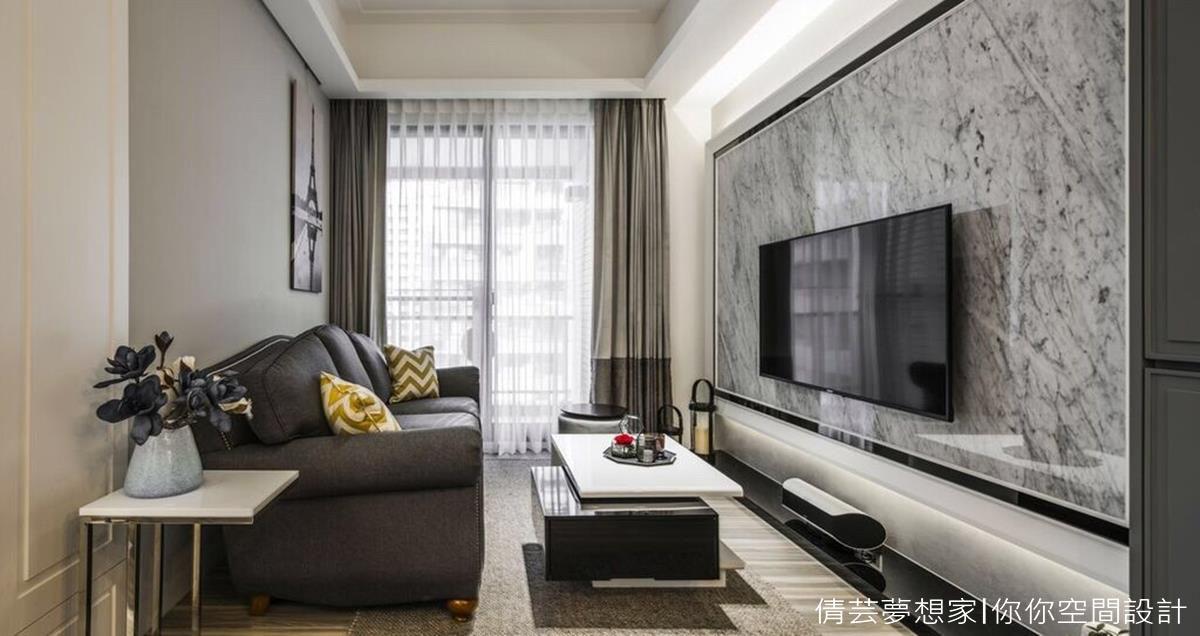 ▲這款特調色作為沙發主牆,搭配深色系沙發,給人感覺沉穩又安定,低調的表現色調上的細膩情感。 (你你空間設計林妤如設計師授權提供)