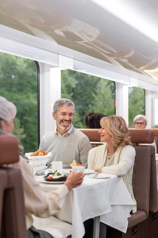 ▲金楓車廂還規劃有專屬的景觀餐廳。洛磯山之光提供