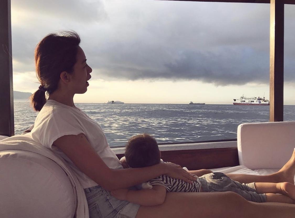 ▲帶著孩子一起出海,風浪大到孩子有點難受,不過,看到海豚跳躍,全家都眼睛為之一亮。