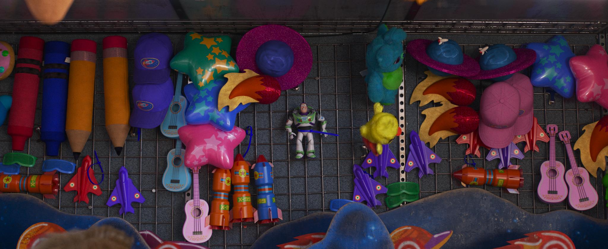 火箭玩具上的圖樣有玄機。(圖/迪士尼提供)