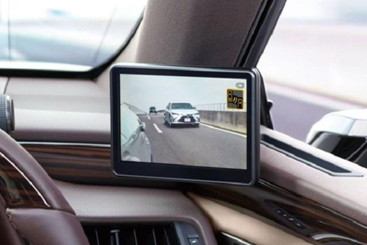 以量產上市來說,日本 Lexus ES 算是第一部採用數位後視鏡車款。