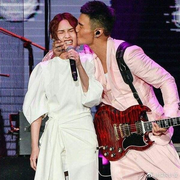 李榮浩2015年在演唱會上大方認愛楊丞琳。