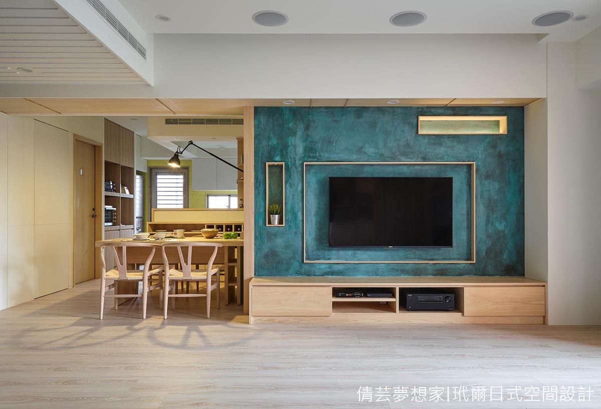 ▲青銅色系的電視主牆,成為了家中的亮點,這樣獨一無二的手作感及顏色,讓人過目難忘! (玳爾室內設計有限公司朱志峰設計師授權提供)