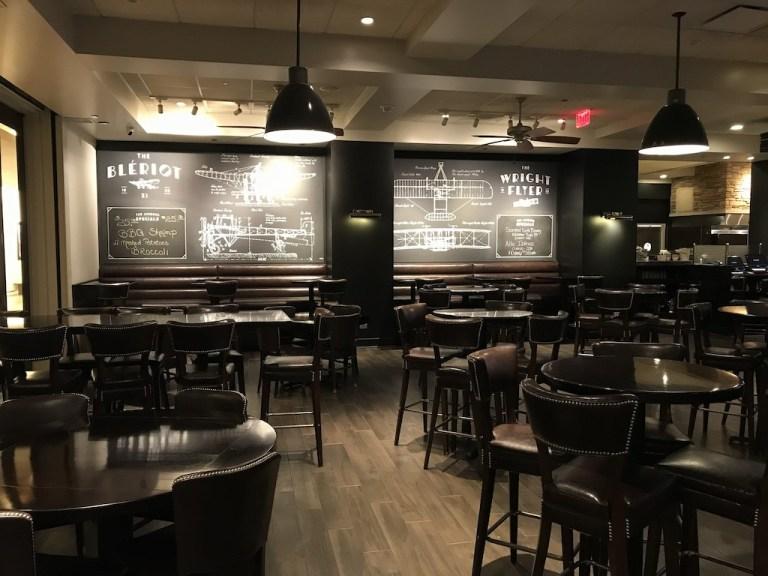 餐廳名的Ashburn,其實是為了向芝加哥第一個機場-Ashburn Flying Field致敬,這個機場後來其實有了一個現在芝加哥更為人熟知的機場名稱-Chicago Midway Airport(芝加哥中途機場),所以餐廳內部的裝潢,就是飛機與機場的概念