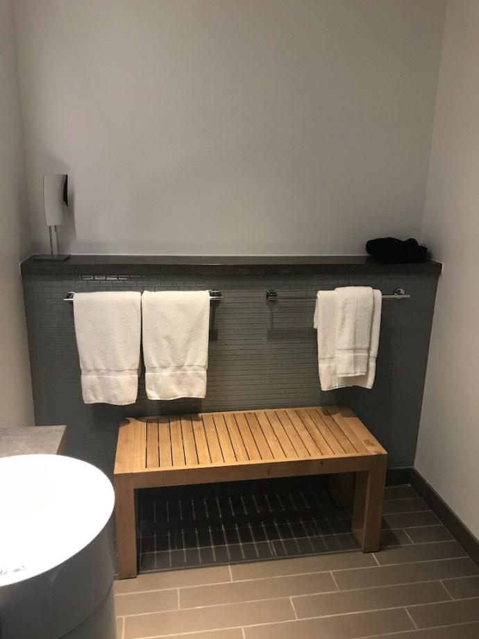 最讓我摸不著頭緒的是這個角落,有種來到機場貴賓室淋浴間的感覺。不過一般人住宿時,應該不會帶行李進去洗澡,而放個架子但是又沒有三溫暖,只能說設計師我不懂你啊!