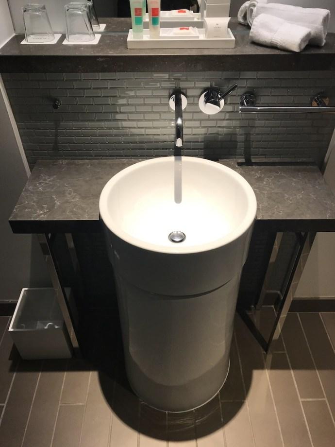 很像飲水機設計的洗手台,說實話檯面真的好小