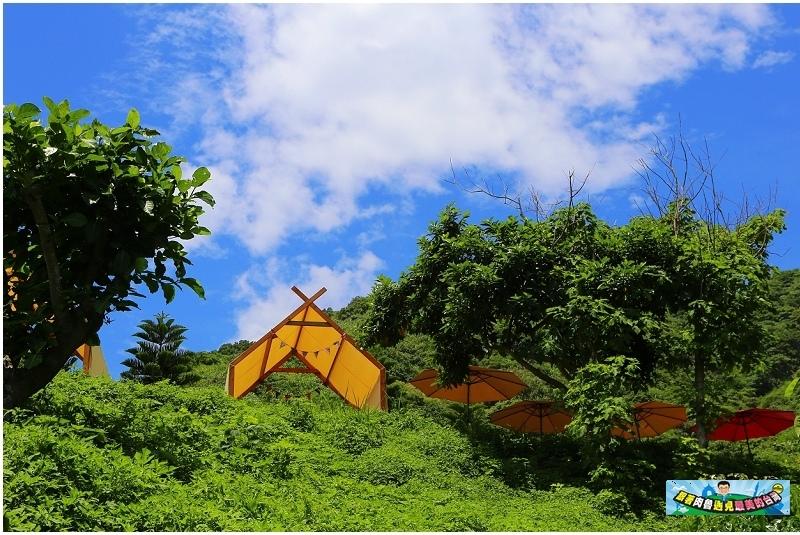 ▲從山間小徑就能見到觀景平台的小木屋帳棚,後方蓊鬱山林就是海岸山脈唷,一片綠意盎然真心覺得好舒服。