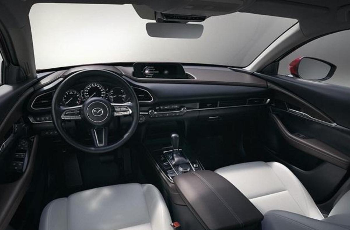 格局鋪陳、用料材質其實跟新 Mazda 3 大同小異。