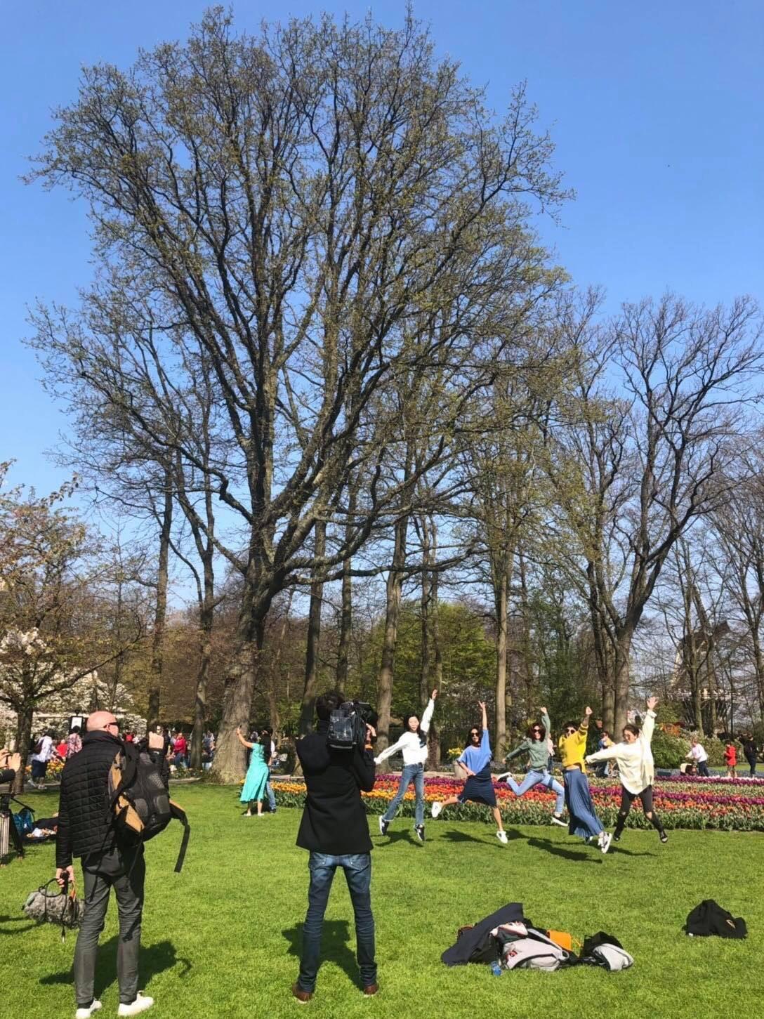 ▲一行人在花園中跳躍,更吸引法國的媒體採訪拍攝。