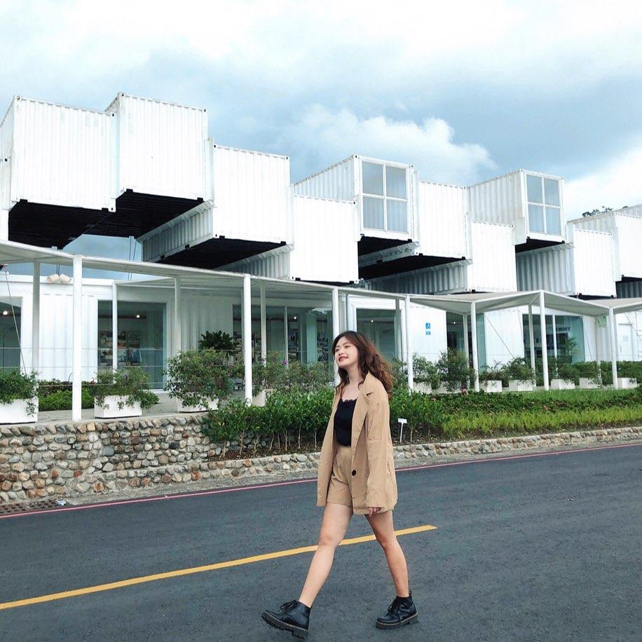 龍潭湖旁的白色貨櫃屋,成為新興打卡景點。