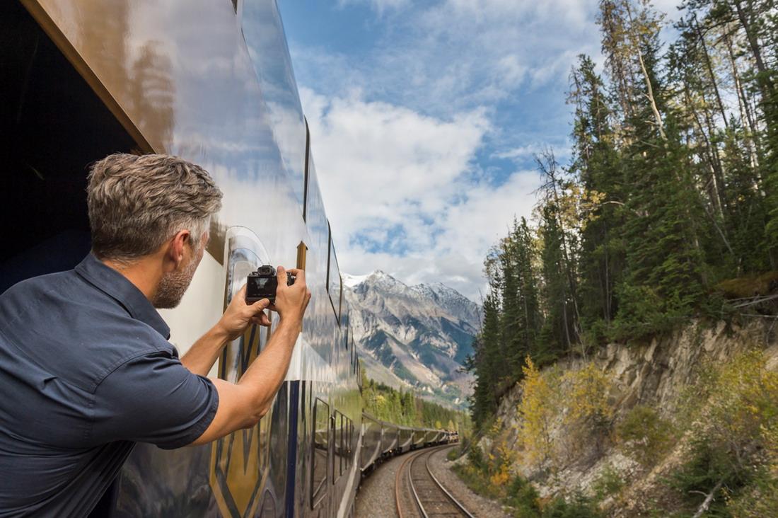 ▲位於車廂尾端的觀景露台,讓人盡情擁抱美景。洛磯山之光提供