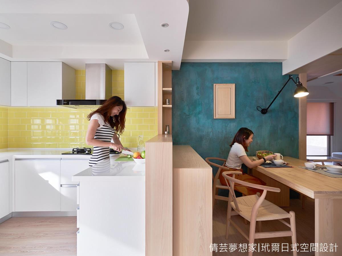▲這份青銅特調色也成為餐桌主牆,仔細一瞧它稍帶著藍綠調,順勢呼應了廚房傢俱的清爽檸檬色呢〜 (玳爾室內設計有限公司朱志峰設計師授權提供)